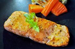 Salmon стейк и овощи стоковое изображение