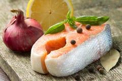 Salmon стейк на деревянной предпосылке Стоковая Фотография