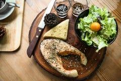 Salmon стейк на деревянном столе в ресторане, свежий стейк для здоровой еды, чистой еды или свежих продуктов для диеты, стейка на Стоковые Изображения RF