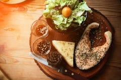 Salmon стейк на деревянном столе в ресторане, свежий стейк для здоровой еды и чистых еды или свежих продуктов для диеты Стоковое фото RF