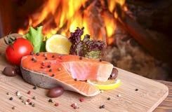 Salmon стейк на предпосылке горящего пламени стоковая фотография