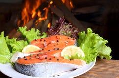 Salmon стейк 2 на предпосылке горящего пламени стоковые фотографии rf