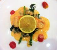 Salmon стейк с лимоном Savce Стоковые Изображения