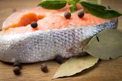 Salmon стейк с специями на деревянной предпосылке Стоковые Фото