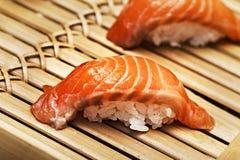Salmon суши на bamboo подносе Стоковое Изображение