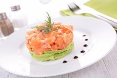 Salmon тартар и авокадо стоковая фотография