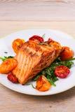 Salmon филе с шпинатом, томатами и травами Стоковое Фото