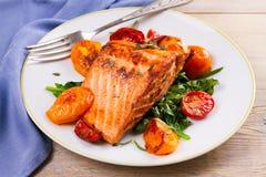 Salmon филе с шпинатом, томатами и травами Стоковое фото RF