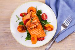 Salmon филе с шпинатом, томатами и травами Стоковая Фотография RF
