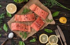 Salmon филе на пергаментной бумаге Стоковая Фотография RF