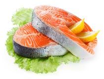Salmon стейк при лимон изолированный на белизне Стоковые Фотографии RF