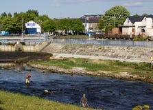 Salmon Angling sul fiume di Corrib, Irlanda immagini stock