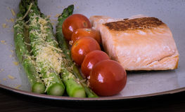 Salmon with asparagus and tomatoes Royalty Free Stock Photos
