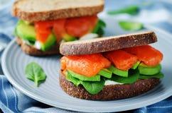 Salmon Avocado Spinach Rye Sandwich fumado imagens de stock