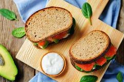 Salmon Avocado Spinach Rye Sandwich fumado imagens de stock royalty free