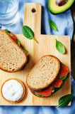 Salmon Avocado Spinach Rye Sandwich fumado imagem de stock