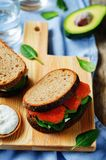 Salmon Avocado Spinach Rye Sandwich fumado Foto de Stock