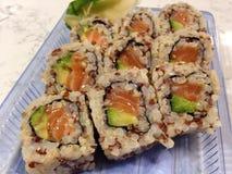 Salmon Avocado Sushi com Quinoa vermelho e arroz integral imagens de stock royalty free
