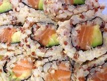 Salmon Avocado Sushi com Quinoa vermelho e arroz integral foto de stock