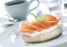 Salmon Bagel fumado Imagem de Stock Royalty Free