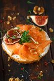 Salmon Bagel Sandwich met fig., tuinkerssalade, okkernoten, roomkaas en korrel op rustieke houten achtergrond Gezond royalty-vrije stock afbeelding