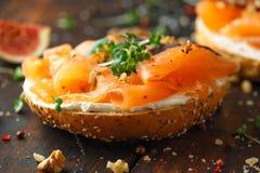 Salmon Bagel Sandwich met fig., tuinkerssalade, okkernoten, roomkaas en korrel op rustieke houten achtergrond Gezond royalty-vrije stock fotografie