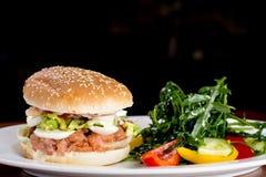 Salmon Burger met gebraden gerechten en souce Stock Afbeeldingen