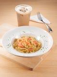 Salmon Carbonara Spaghetti con té de la leche Fotografía de archivo libre de regalías