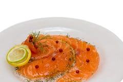 Salmon Carpaccio с розовыми перцем и соком 2 лимонов Стоковое фото RF