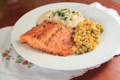 Salmon Dish con porridge, mais ed i piselli Immagine Stock