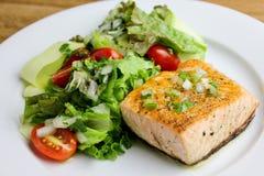 Salmon With een van de Courgettesalade & citroen-Kappertje Vinaigretteschotel Stock Afbeelding