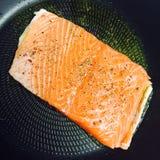 Salmon filé - сковорода Стоковая Фотография RF