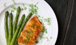 Salmon Fillet With Asparagus en la placa blanca Fotos de archivo libres de regalías