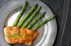 Salmon Fillet With Asparagus en viejo Tin Plate Imagenes de archivo