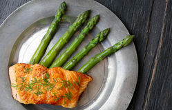 Salmon Fillet With Asparagus op Oud Tin Plate Stock Afbeeldingen