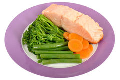 Salmon Fillet escalfado con las verduras cocidas al vapor Foto de archivo libre de regalías