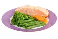 Salmon Fillet escalfado con las verduras cocidas al vapor Fotografía de archivo