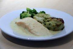 Salmon Fillet mit Gemüsemedaillons, Mischgemüse, grüner Brokkoli, Zitrone und Dill sauce im weißen Teller stockfoto