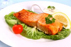 Salmon fillet with salad, tomato and lemon Royalty Free Stock Photos