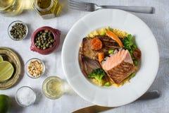 Salmon Fillets mit Reis und gegrilltem Gemüse lizenzfreie stockfotos