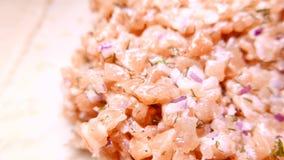 Salmon Fish savoureux frais découpé en tranches à l'oignon 4k UHD clips vidéos