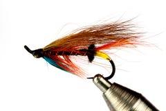 Salmon Fishing Fly op Vlieg Bindende die Bankschroef op Wit wordt geïsoleerd stock foto's