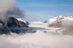 Salmon Glacier, der durch Nebel des frühen Morgens späht Lizenzfreie Stockbilder