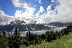 Salmon Glacier nahe Hyder, Alaska und Stewart, Kanada, der Gletscher ist nach rechts auf der kanadischen Seite des booarder stockfotos