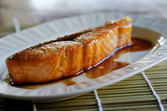 Salmon Grill com molho Fotos de Stock Royalty Free