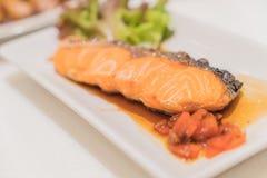 Salmon Grill con salsa fotografie stock libere da diritti
