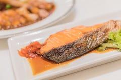 Salmon Grill con salsa fotografia stock