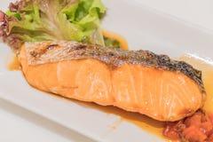 Salmon Grill con salsa fotografia stock libera da diritti