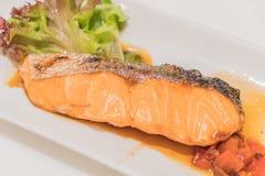 Salmon Grill con salsa immagini stock