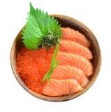 Salmon Ikura in der hölzernen Schüssel Lizenzfreies Stockbild